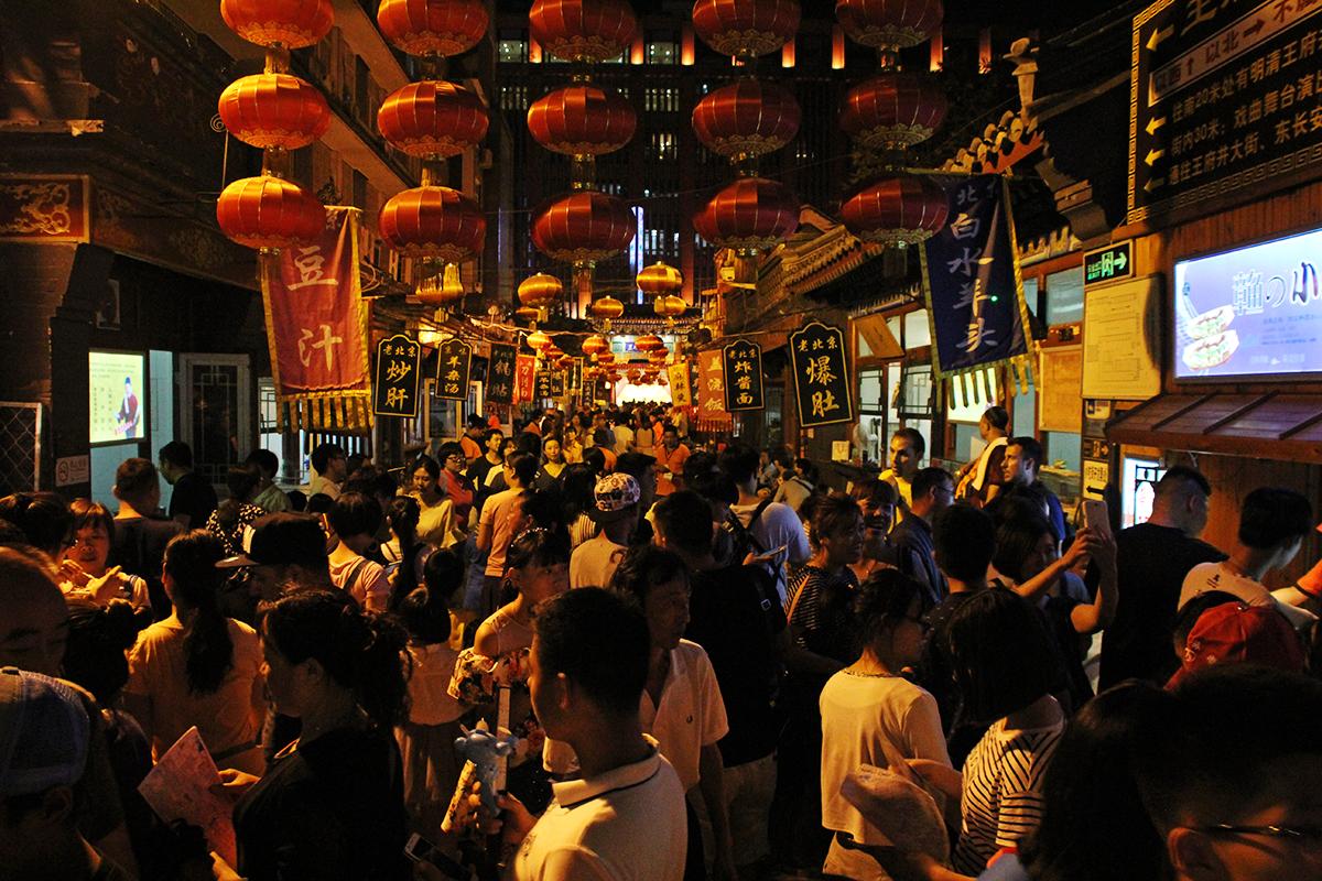 Dong Hua Men Night-Food-Market macht Spass. Zwar auch hier ein grosses Menschengetümmel, jedoch gibts einige spektakuläre Speisen zu sehen. Essen muss man ja zum Glück nichts.